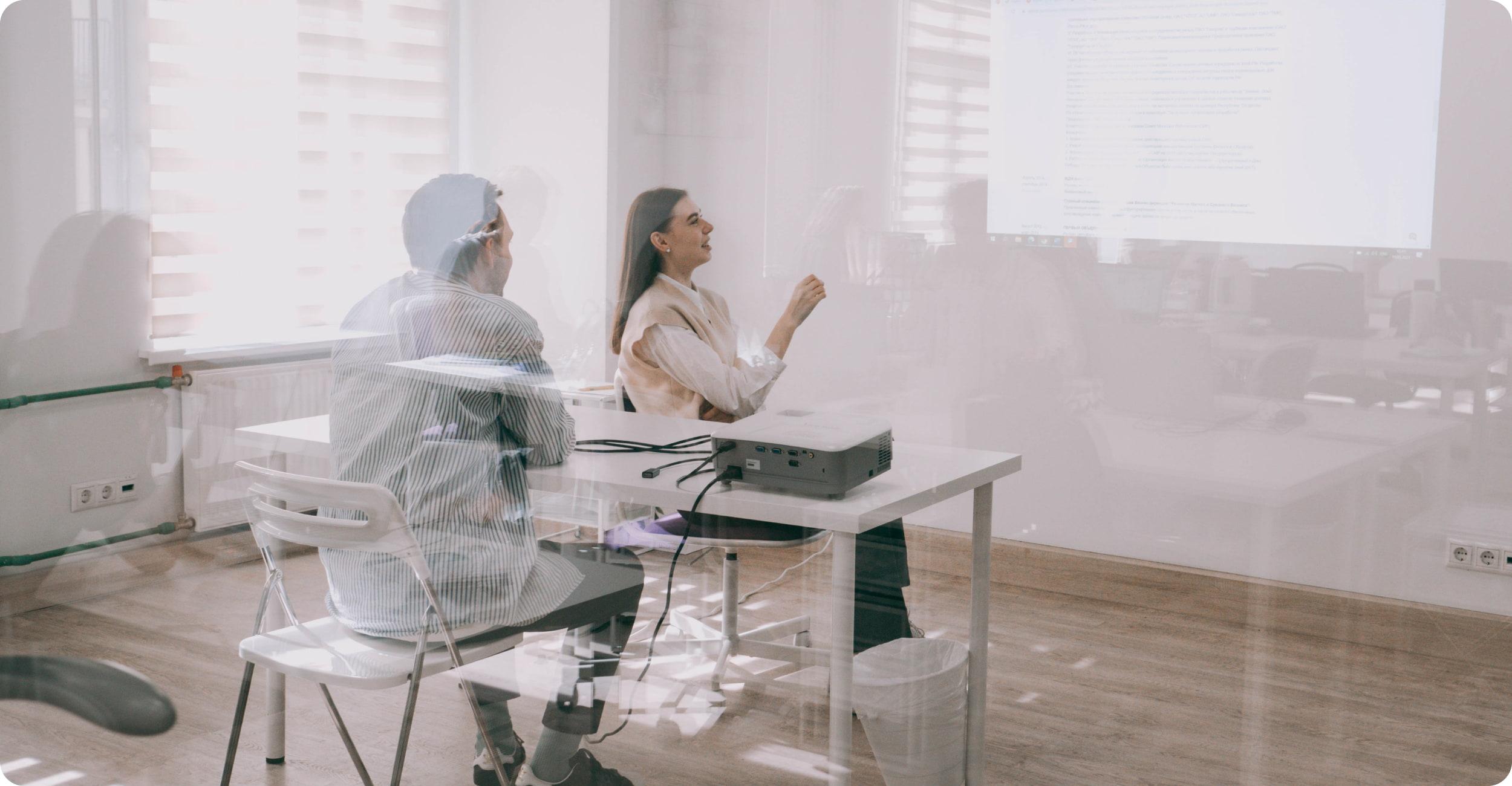 Сотрудники обсуждают что-то в офисе