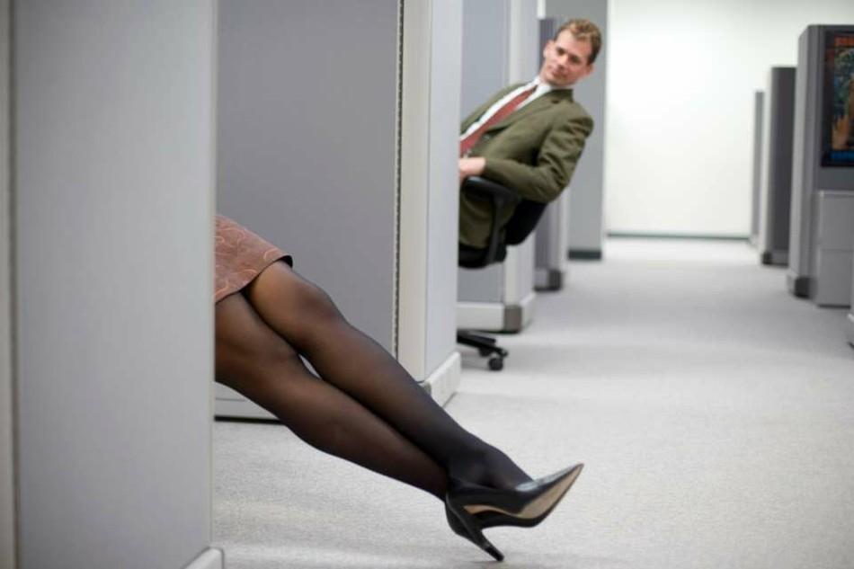 Флирт на работе: мужчины не против, женщины в сомнениях