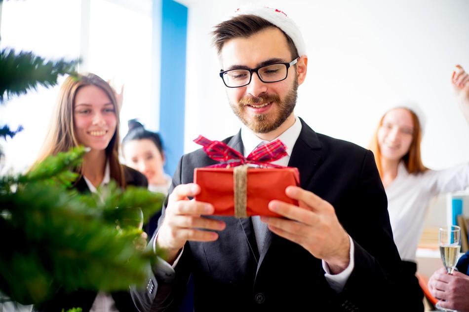 Офисные подарки: что сотрудники российских компаний дарят коллегам на Новый год